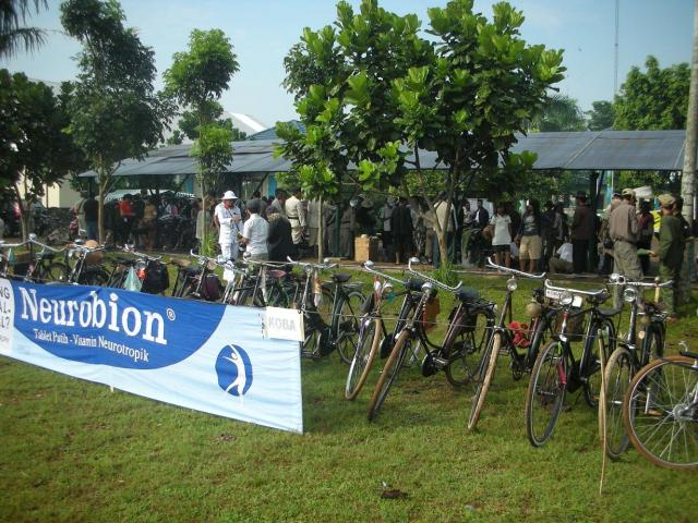 parkiran sepeda KOBA latar belakangnya para pedagang2 klithikan beraksi